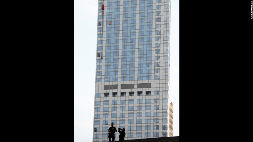 "Members of the <a href=""http://cnnphotos.blogs.cnn.com/2012/04/30/composition-of-the-secret-service/"" target=""_blank"">U.S. Secret Service</a> scan the area around the building."