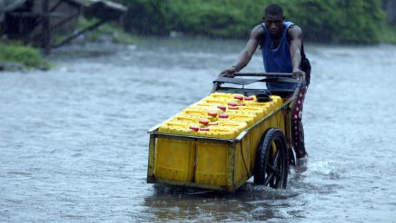 Un hombre en Lagos vadea después de fuertes lluvias en 2012.
