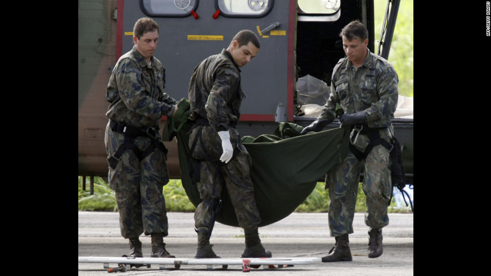 Brazilian Air Force personnel unload a body found in the Atlantic after the crash on June 11, 2009.