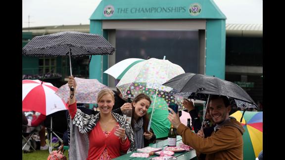 A crowd endures the rain Friday on Murray Mount.