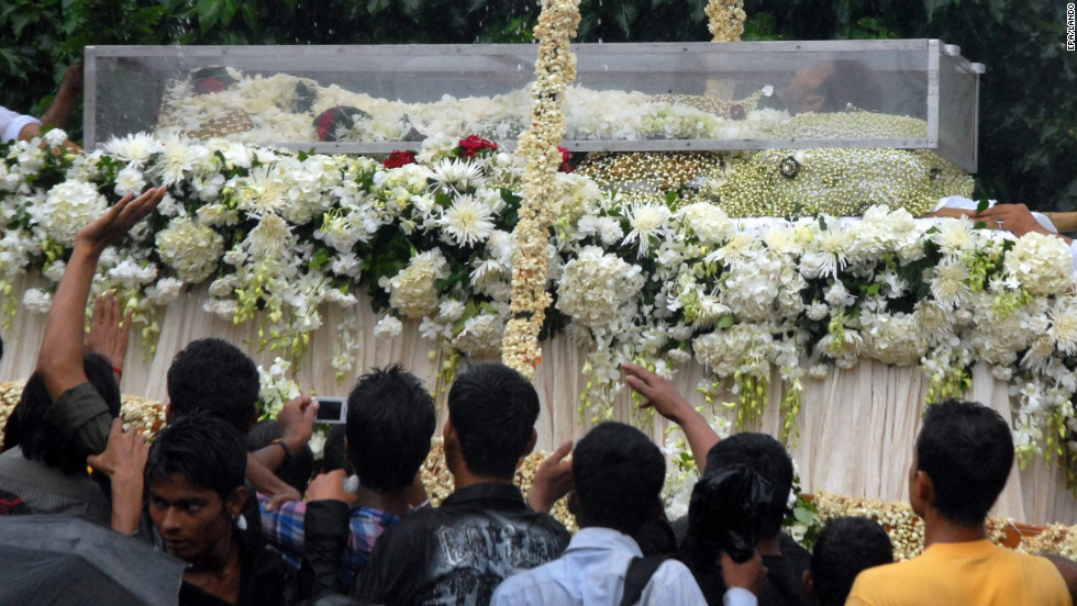 Fans strive to get a glimpse of Khanna as his body is carried on a float during the funeral procession, Thursday.