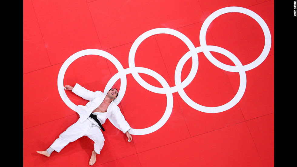 Emmanuel Lucenti of Argentina loses to Antoine Valois-Fortier of Canada in the men's 81-kilogram judo event.