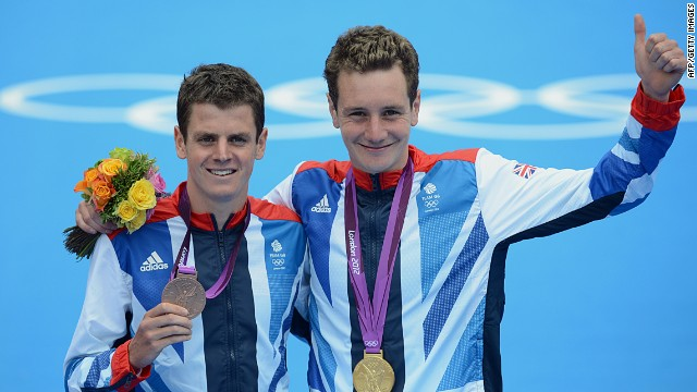 Alistair Brownlee (R) and brother Jonny pose with their medals after the men's triathlon