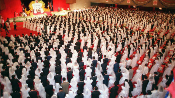 More than 1,000 Korean and Filipino couples attend a mass wedding ceremony in Manila on January 23, 1996. Moon led the Unification Church, which gained fame worldwide for its mass weddings.
