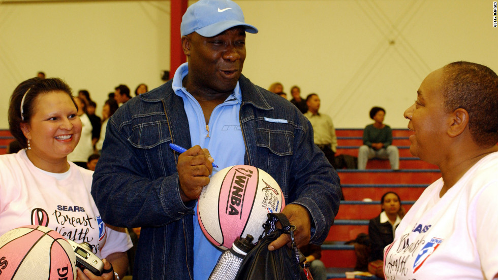 Duncan signs autographs for fans during the 2001 Sears-WNBA Breast Health Awareness Celebrity Game in Santa Monica, California.