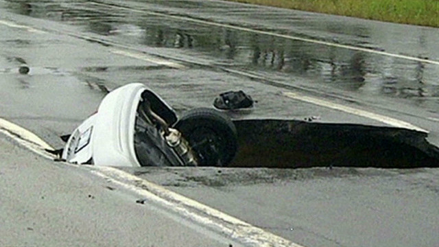 wr vo sink hole opens up on road in canada_00000713