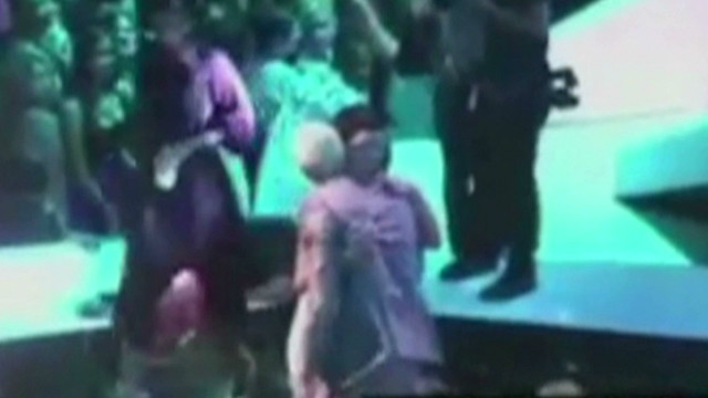 Rihanna & Chris Brown's on stage kiss