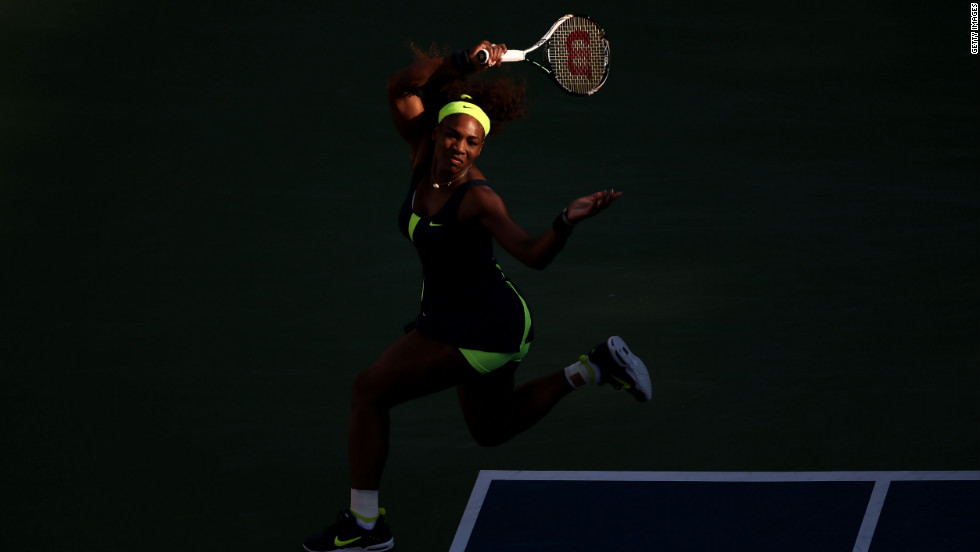 Williams runs to make a shot against Azarenka.