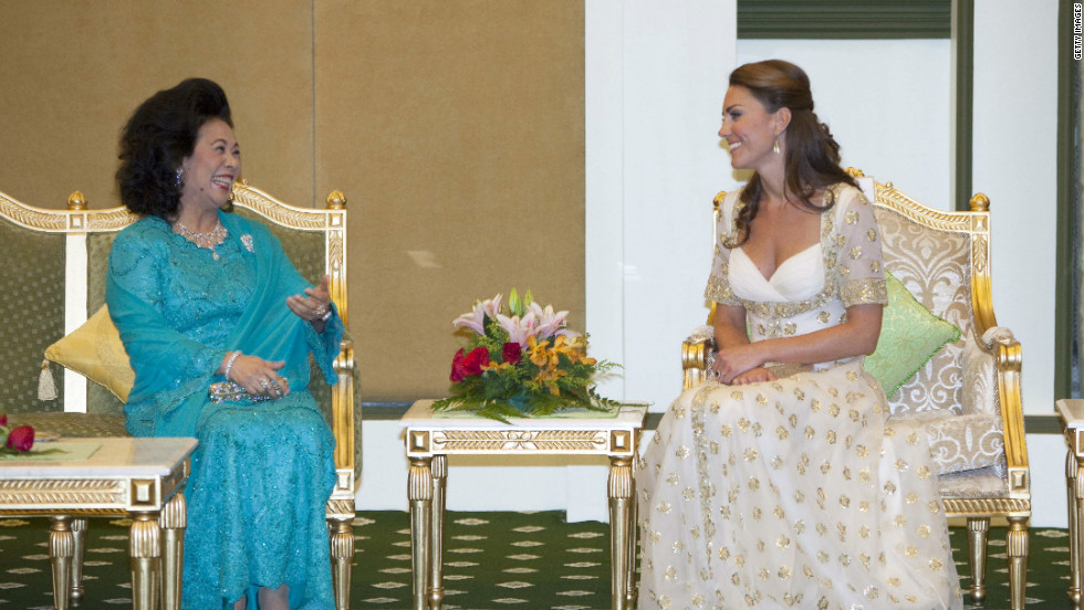 Catherine talks to Sultanah Tuanku Haminah binti Hamidun, the Raja Permaisuri Agong of Malaysia, during an official dinner hosted by Malaysia's sultan.