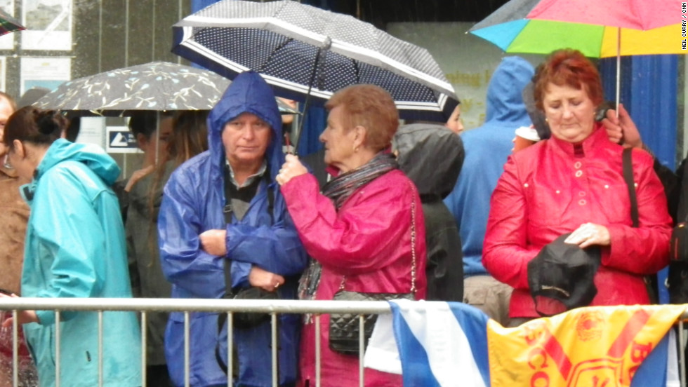 Despite wet weather, eager fans waited for a glimpse of the world No. 4.