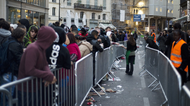 Apple fans line up to buy new phone