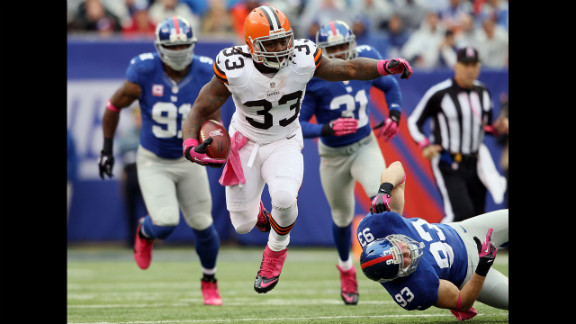 Trent Richardson of the Cleveland Browns avoids a tackle by No. 93 Chase Blackburn of the New York Giants on Sunday.