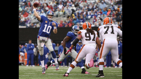 Giants quarterback Eli Manning throws a pass during Sunday