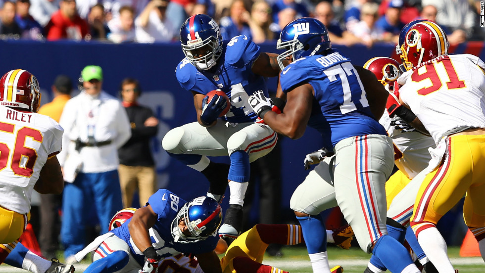 Ahmad Bradshaw of the Giants runs with the ball against the Washington Redskins on Sunday.