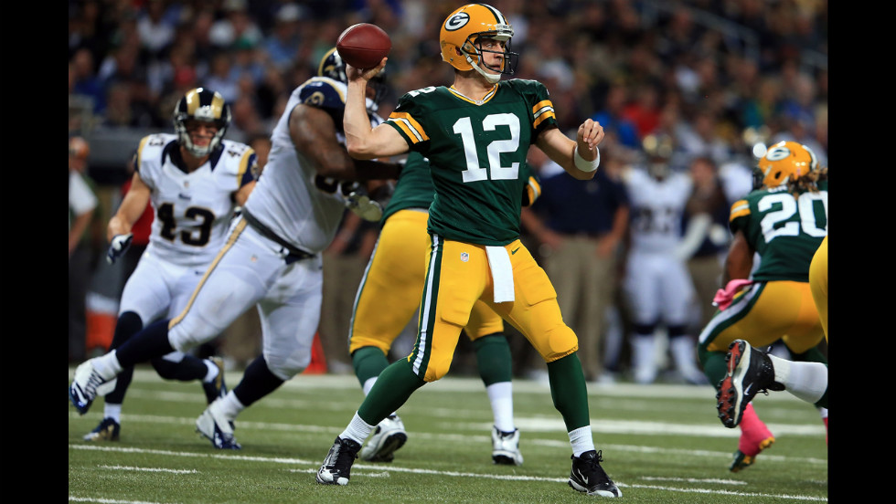 Quarterback Aaron Rodgers of the Packers delivers a pass against the Rams on Sunday.