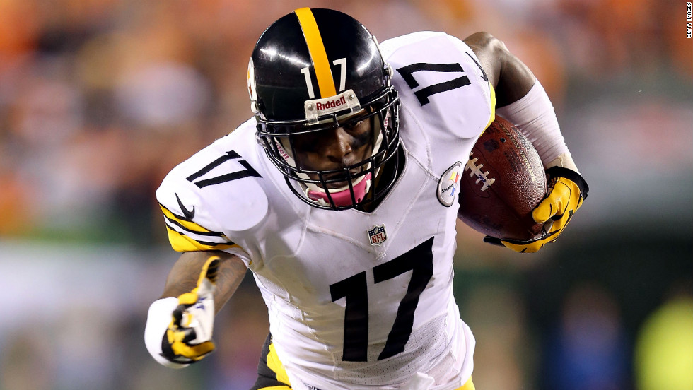 Mike Wallace of the Pittsburgh Steelers runs the ball during Sunday's game against the Cincinnati Bengals.