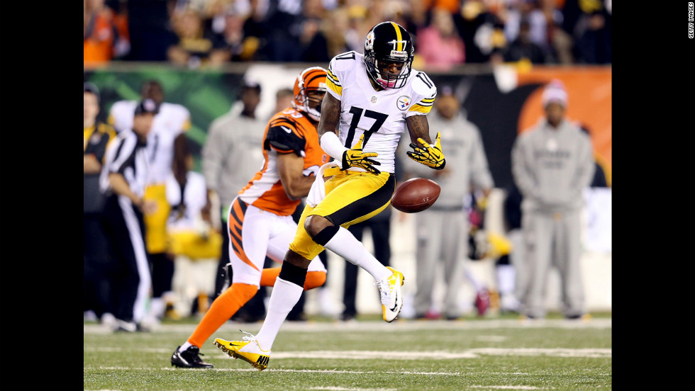 Mike Wallace of the Steelers drops a pass during Sunday's game against the Bengals.