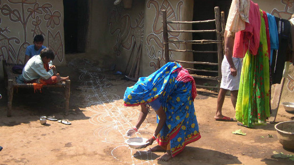In the tribal villages of Jharkhand in the east of India, the Festival of Lights is associated with the harvest of rice in November and the celebration of cattle. Women also paint beautiful murals on the walls of their mud homes at this time and the cows are decorated.