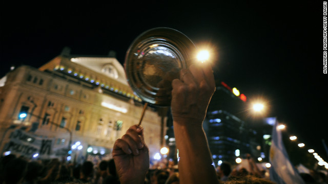 People take part in a 'cacerolazo' against the government in Buenos Aires on November 8, 2012.