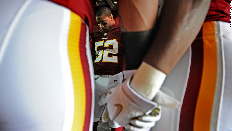 Linebacker Keenan Robinson of the Redskins prays with teammates before playing the Eagles on Sunday.