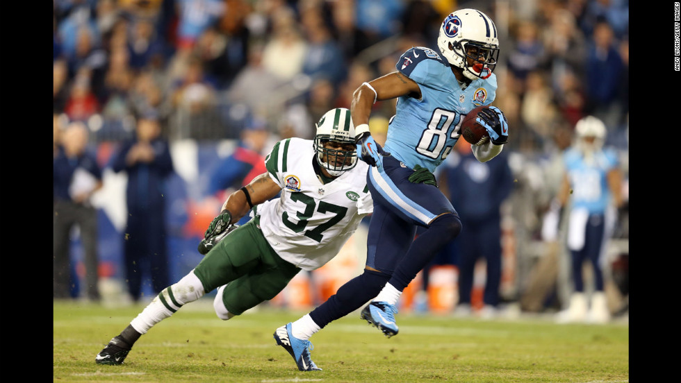 Titans wide receiver Nate Washington runs with the ball after catching a pass from quarterback Jake Locker in the first quarter on Monday.