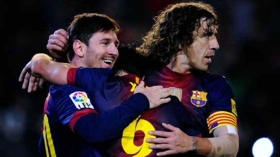 Lionel Messi receives the congratulations of Xavi (hidden) and Carles Puyol (right) after scoring against Real Betis on December 9, the goal that broke Gerd Mueller