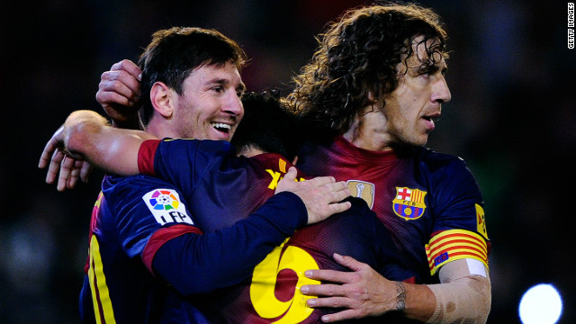 Lionel Messi receives the congratulations of Xavi (hidden) and Carles Puyol (right) after scoring against Real Betis on December 9, the goal that broke Gerd Mueller's 40-year record.