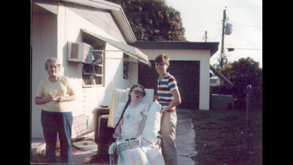 In 1985, Edwarda was taken outside for the last time. After the woman who helped the family moved away, they were no longer able to take Edwarda outdoors.