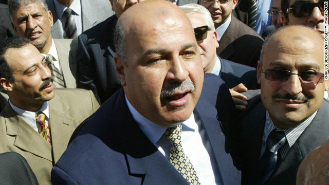 Mahmoud Mekki is shown in 2006 during a demonstration outside the Egyptian Supreme Court.