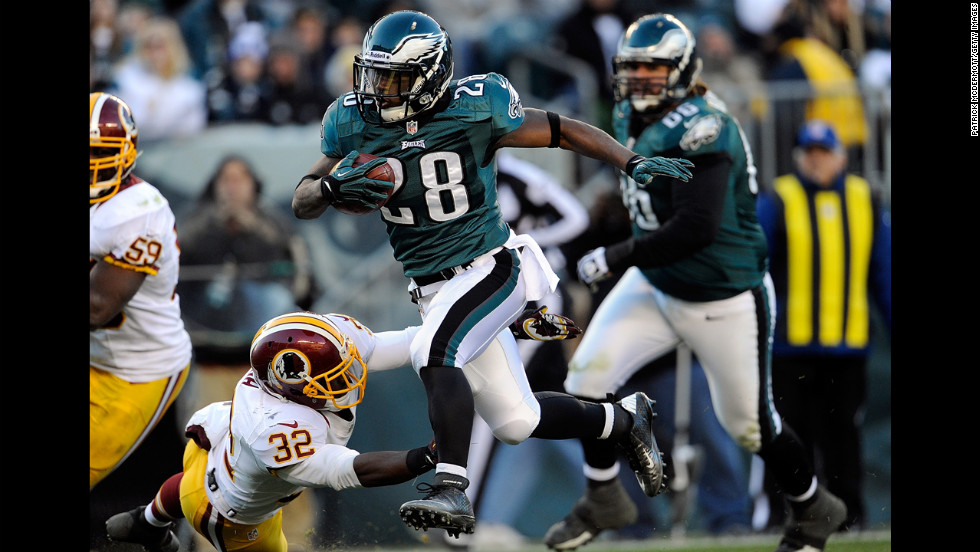 Dion Lewis of the Eagles runs for touchdown in the fourth quarter against the Redskins on Sunday.