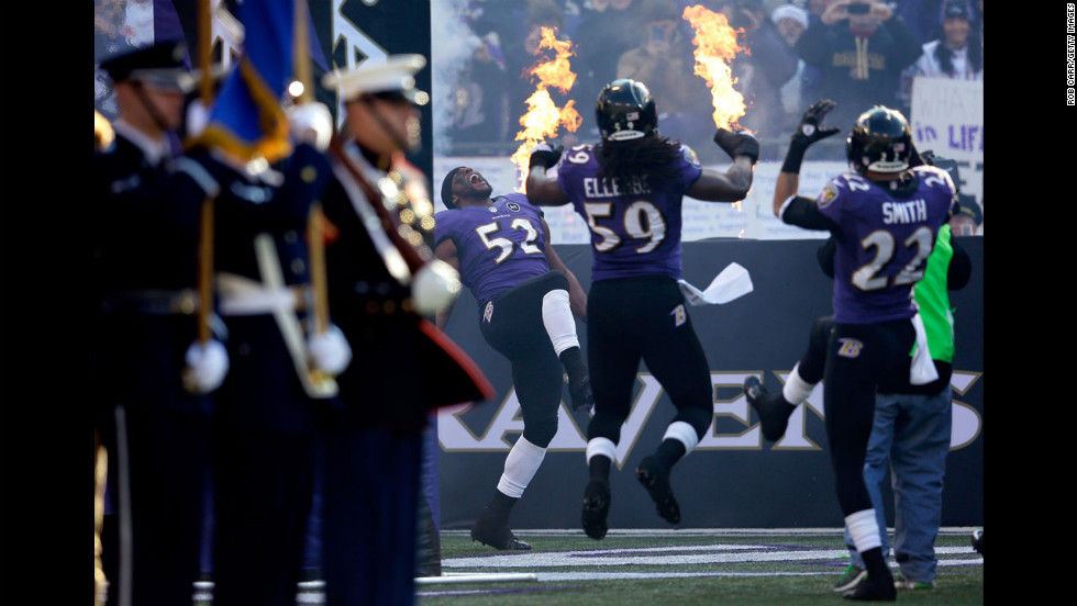 Ray Lewis of the Baltimore Ravens takes the field with teammates Dannell Ellerbe and Jimmy Smith on Sunday.