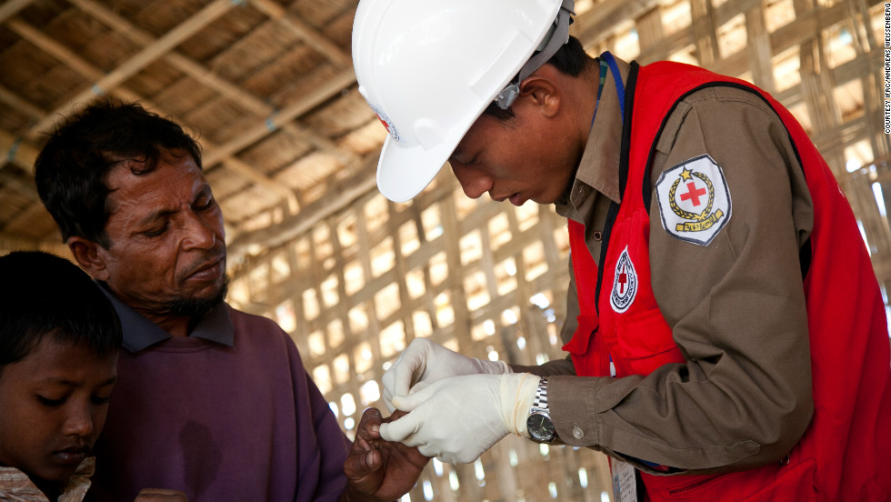In the displacement camps in Rakhine, health problems are a concern. The Red Cross provides basic health support in more than 10 camp clinics, working in collaboration with the health ministry.