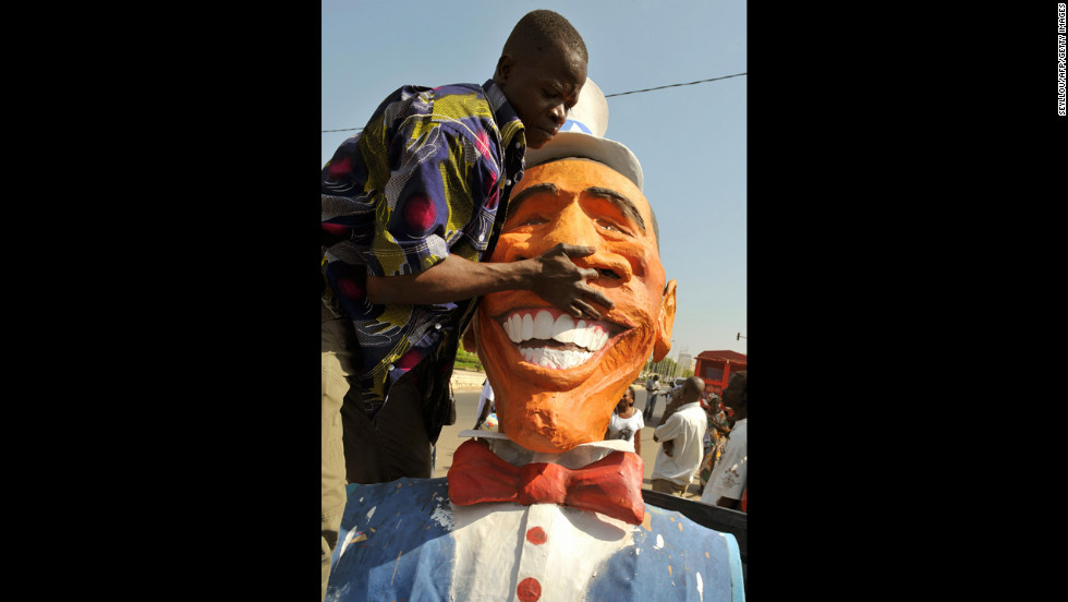 SENEGAL: A man unloads a 13-foot tall puppet depicting Obama on December 2, 2008, in Dakar.