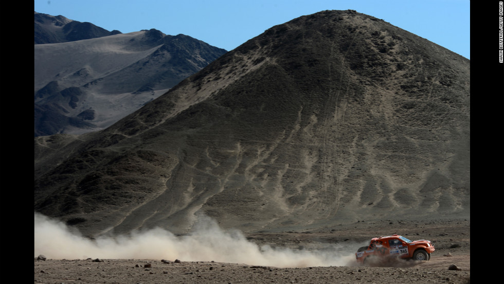 Vadym Nesterchuk and co-driver Vladimir Demyanenko of Team Mitsubishi compete on January 17 in Fiambala, Argentina.