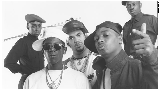 "Tan políticos como pioneros del hip-hop, con sus álbumes ""It Takes A Nation Of Millions To Hold Us Back"" y ""Fear Of A Black Planet"", Public Enemy cambió el rap."