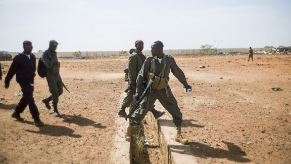 Malian soldiers escort journalists in Konna.