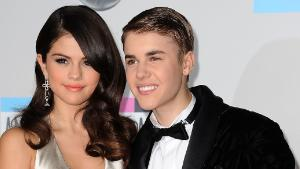 Selena Gomez and Justin Bieber arrive at the American Music Awards, in Los Angeles, California, on November 20, 2011. AFP PHOTO/VALERIE MACON (Photo credit should read VALERIE MACON/AFP/Getty Images)