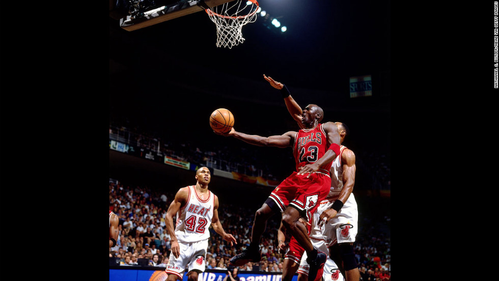Jordan shoots a layup against Alonzo Mourning of the Miami Heat in 1997.