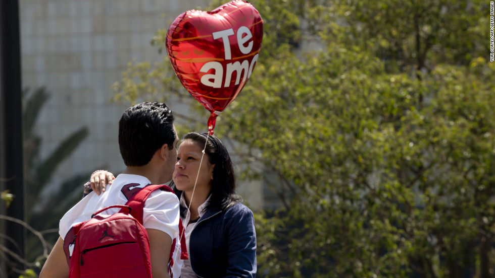 A couple looks at each other at Republic Square in Mexico City.