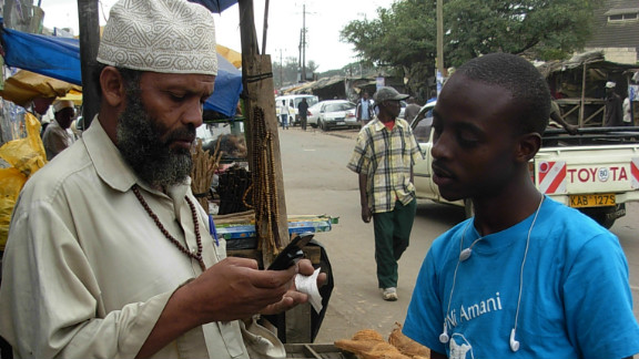 Sisi Ni Amani Kenya (SNA-K) has launched the PeaceTXT initiative. As well as encouraging users to vote, the platform updates communities about peace-building activities. Pictured, a volunteer explains how to register with SNA-K by phone.