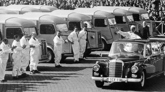 1966: Pope Paul VI blesses lorries from the back of a Mercedes-Benz in St. Peter