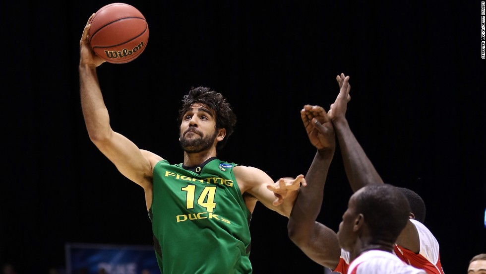 Arsalan Kazemi of Oregon drives for a shot on March 29.