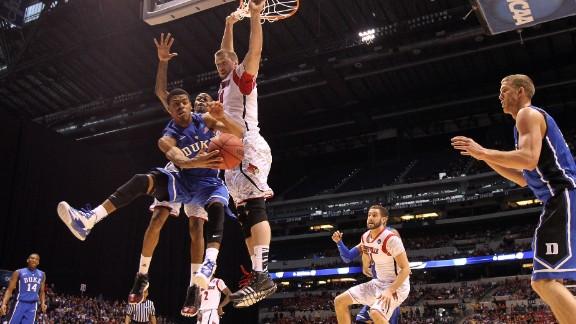 Quinn Cook of Duke, left, passes the ball to teammate Mason Plumlee.