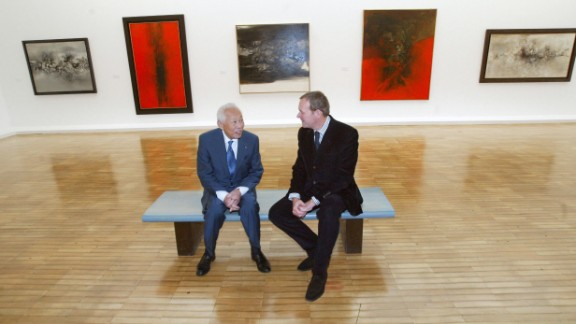 Zao Wou-Ki (L) sits with French Culture Minister Jean-Jacques Aillagon on October 13, 2003, during a press preview of his paintings at the Jeu de Paume Museum in Paris.