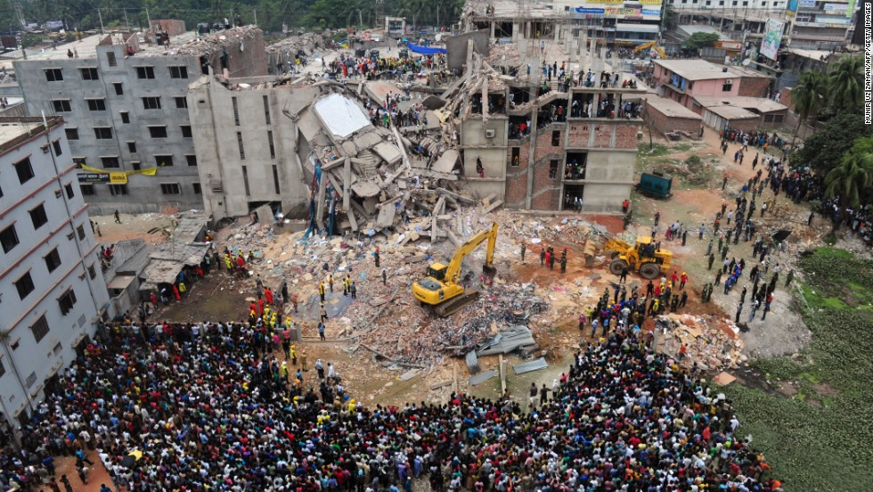 People rescue garment workers on April 25.