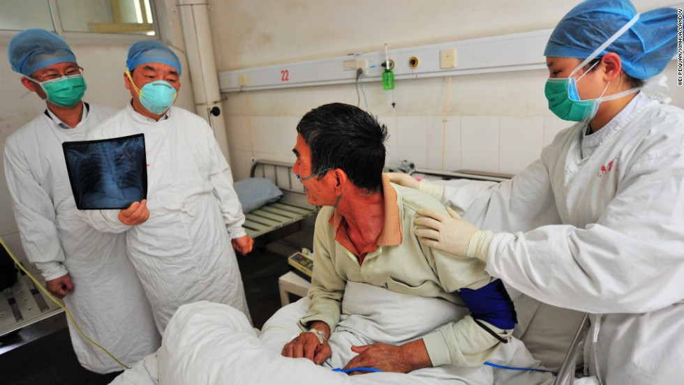 Doctors hold a consultation on the treatment for a patient surnamed Luo, the province's first human case of H7N9 avian influenza, at the No. 2 Hospital in Longyan City, in southeast China's Fujian Province, on April 27. Luo, 65, a local resident, showed symptoms of repeated coughing, low fever and a tight chest on April 18. Luo tested positive for the H7N9 virus on Friday by the Chinese Center for Disease Control and Prevention. Thirty-seven people who have been in close contact with Luo have not shown any abnormal symptoms so far.