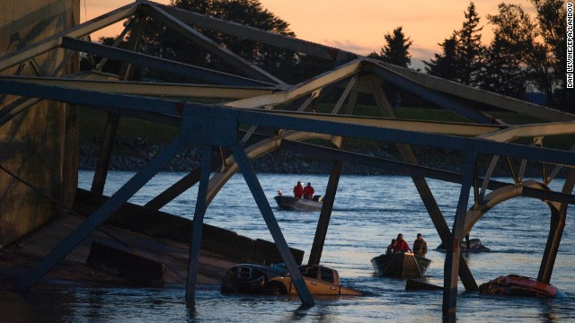Watch Washington bridge collapse