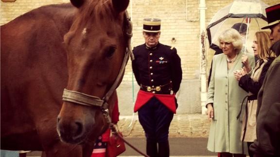 Camilla greets a member of la Garde républicaine.