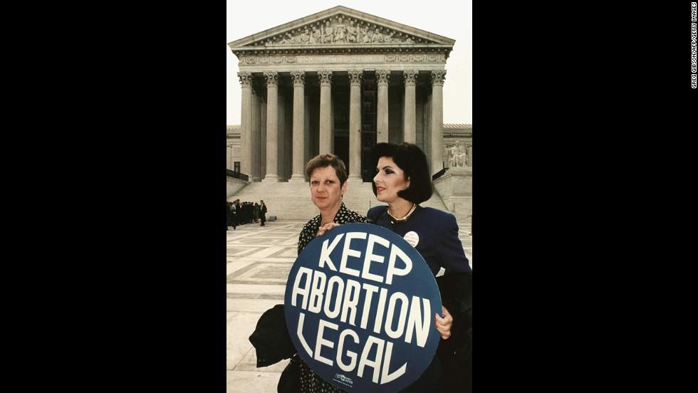 WASHINGTON, DC - 26 DE ABRIL DE 1989: Esta foto de archivo muestra a Norma McCorvey (L) conocida formalmente como & # 39; Jane Roe, & # 39;  ya que tiene un cartel de opción con la ex abogada Gloria Allred (R) frente al edificio de la Corte Suprema de Estados Unidos en Washington, DC, justo antes de que los abogados comenzaran a argumentar la histórica decisión de aborto de 1973 que legalizó el aborto en los EE. UU.  (Crédito de la foto GREG GIBSON / AFP / Getty Images)