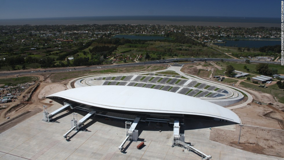 Architect Rafael Vinoly is responsible for the swooping design of Aeropuerto de Carrasco in Montevideo, Uruguay, which opened in 2009. It has the capacity to handle three million passengers a year.